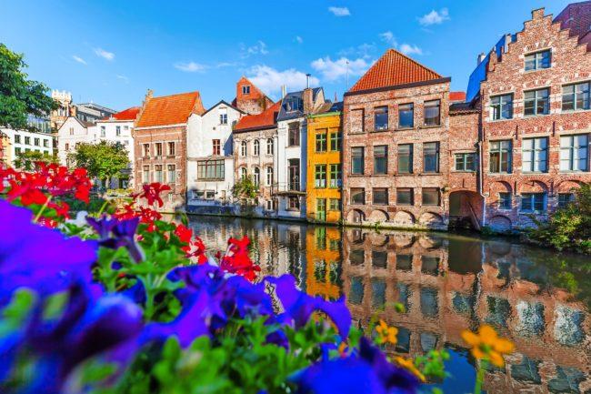 Häuser an einem Kanal in der Altstadt von Gent, Belgien